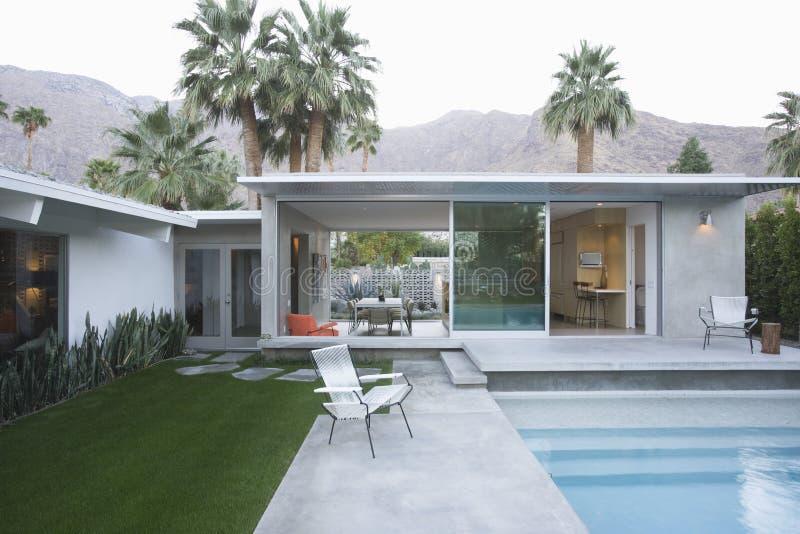 Piscine et extérieur moderne de maison photos stock