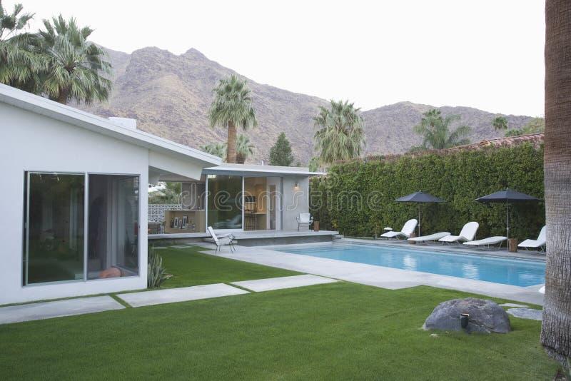 Piscine et extérieur moderne de maison images stock