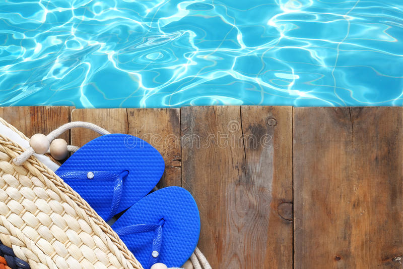 Piscine et plate-forme en bois avec des accessoires de plage photos stock