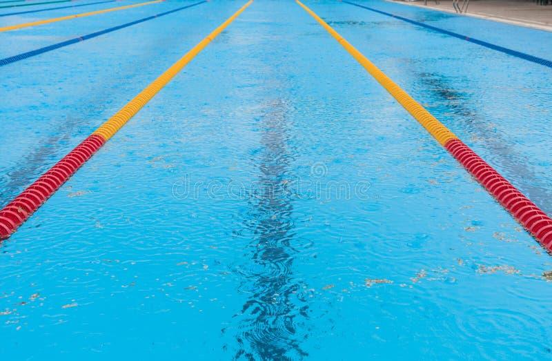 Piscine et pluie vides photo libre de droits