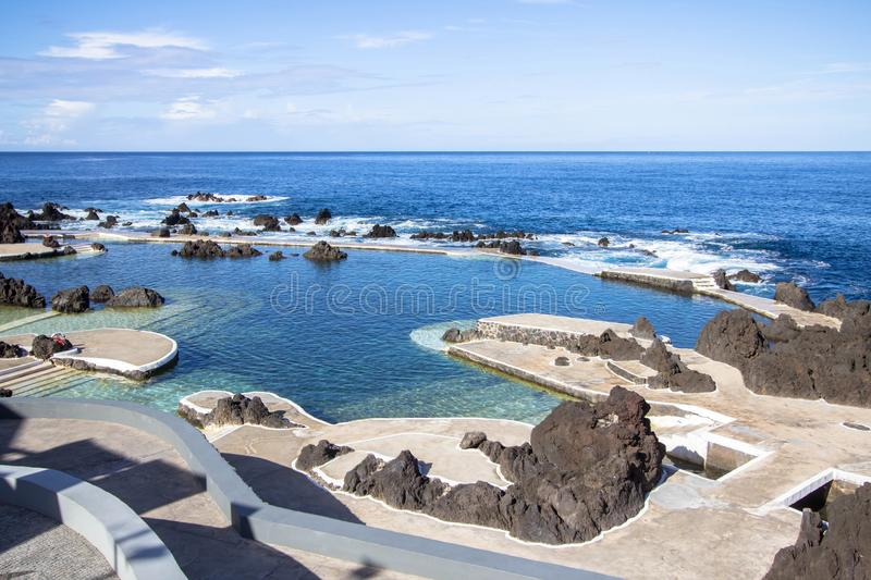 Piscine naturelle de roche à Porto Moniz, Madère, Portugal photo stock