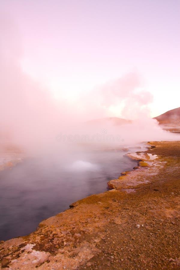 Piscine naturelle de source thermale à une altitude de 4300m, geysers d'EL Tatio, désert d'Atacama images stock
