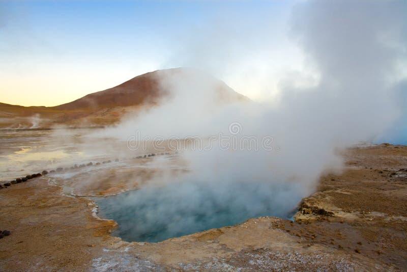 Piscine naturelle de source thermale ? une altitude de 4300m, geysers d'EL Tatio, d?sert d'Atacama photos stock