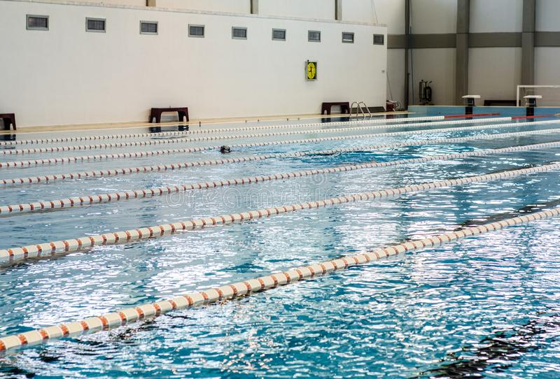 Piscine olympique comme fond images stock
