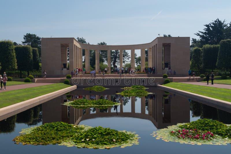 Piscine se reflétante au cimetière de la Normandie et au mémorial américains, France photo stock
