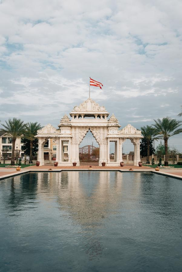 Piscine se reflétante et porte au temple de Shri Swaminarayan Mandir Hindu de BAPS, à Houston, le Texas photos stock