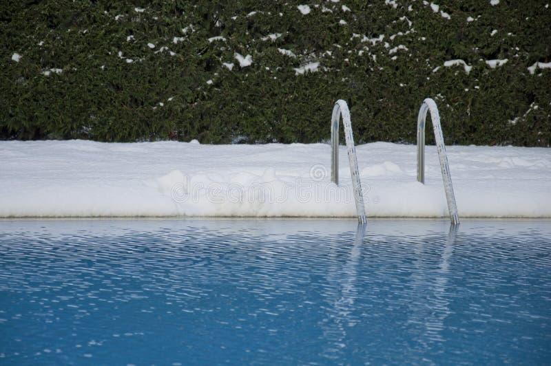 Piscine sous la neige images stock