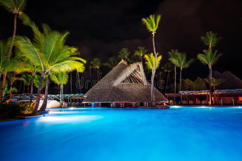 Piscine tropicale dans le lieu de villégiature luxueux, Punta Cana photographie stock libre de droits