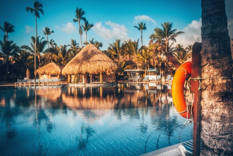 Piscine tropicale dans le lieu de villégiature luxueux, Punta Cana images libres de droits