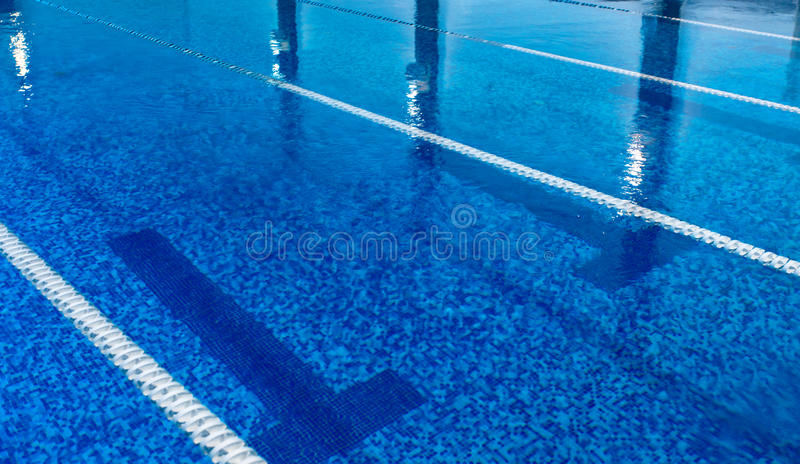 Piscine vide avec de l'eau bleu propre images libres de droits
