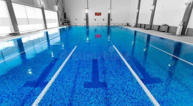 Piscine vide avec de l'eau bleu propre image stock