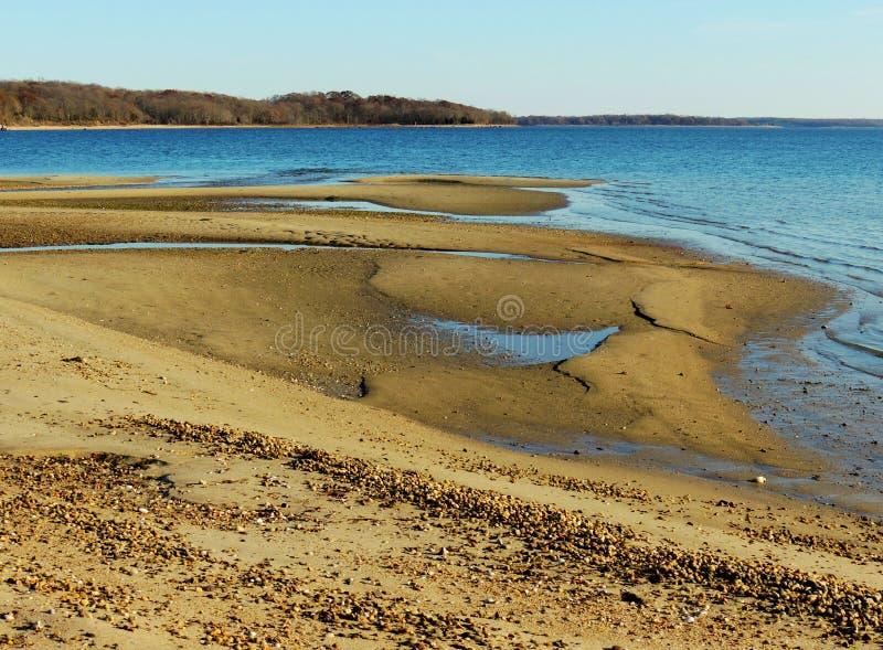 Piscines de marée de reflux dans le sable photographie stock libre de droits