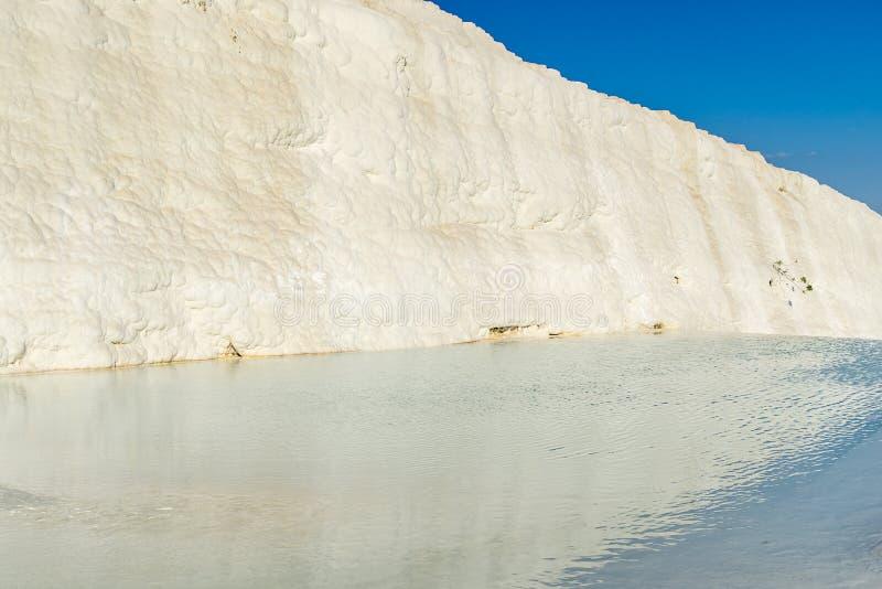 Piscines de travertin de l'eau de turquoise, Pamukkale photos libres de droits
