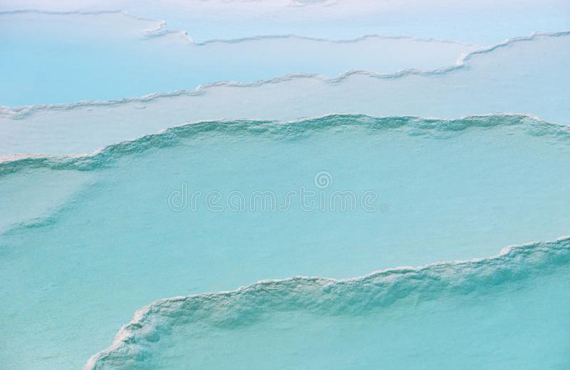 Piscines et terrasses bleues de travertin dans Pamukkale, Denizli, Turquie Fond et texture de château de coton images libres de droits