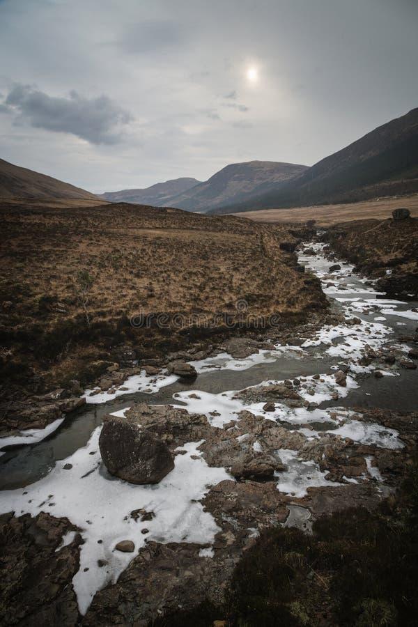 Piscines fragiles et féeriques de rivière en île de Skye, montagnes, Scotla photo libre de droits