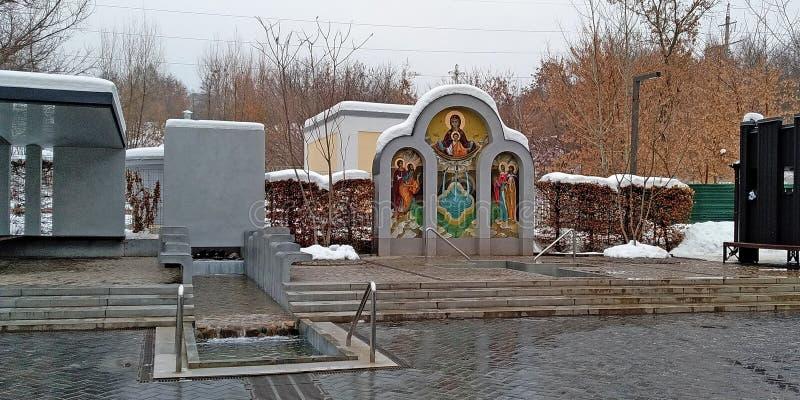 Piscines sur la source d'eau avant l'épiphanie, Kharkov photo stock