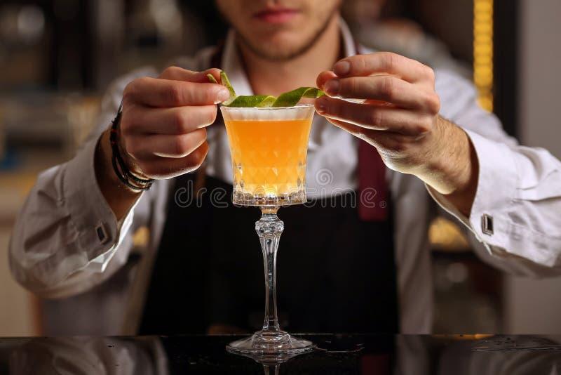 Бармен делает Pisco кислый напиток коктейля алкоголя стоковая фотография