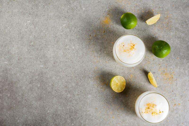 Pisco traditionnel chilien de liqueur aigre image stock