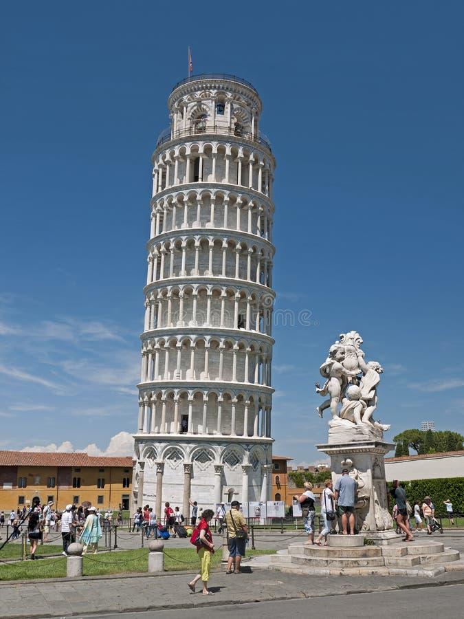 Pise - tour penchée et statue, Italie image libre de droits