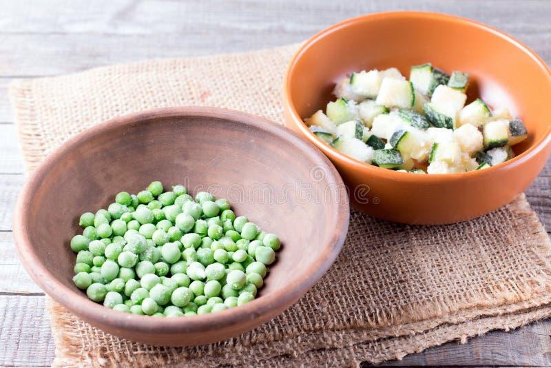 Piselli e zucchini congelati in una ciotola fotografia stock libera da diritti