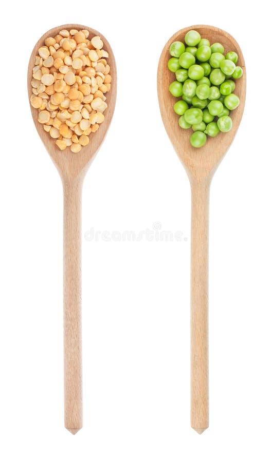 Piselli, piselli secchi in un cucchiaio di legno fotografie stock libere da diritti