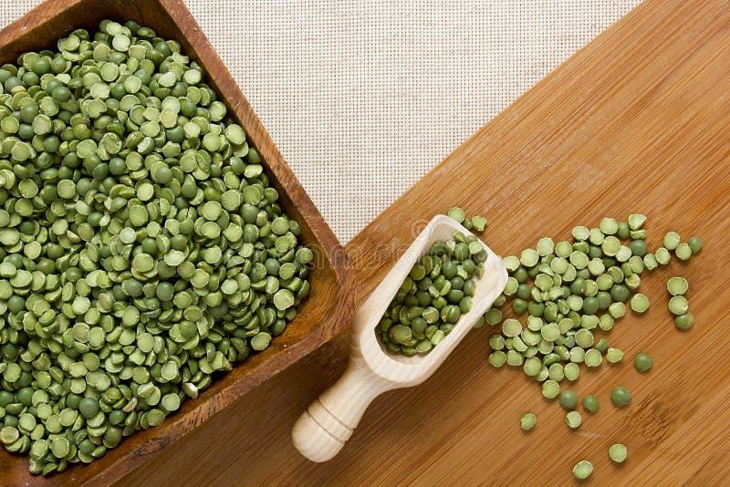 Download Piselli spaccati di verde fotografia stock. Immagine di curva - 55359600