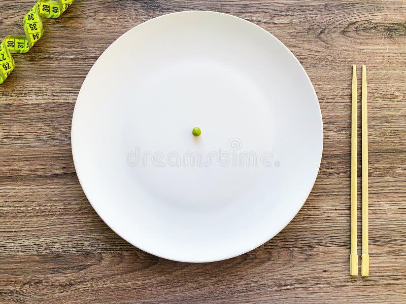Pisello potato di immagine sul piatto bianco, con la forcella e la misurazione fotografia stock libera da diritti