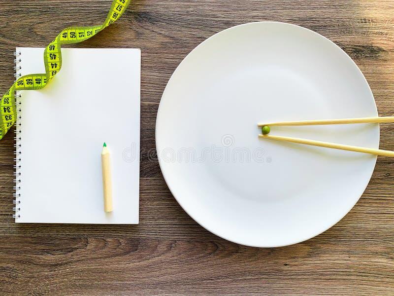 Pisello potato di immagine sul piatto bianco, con la forcella e la misurazione fotografie stock