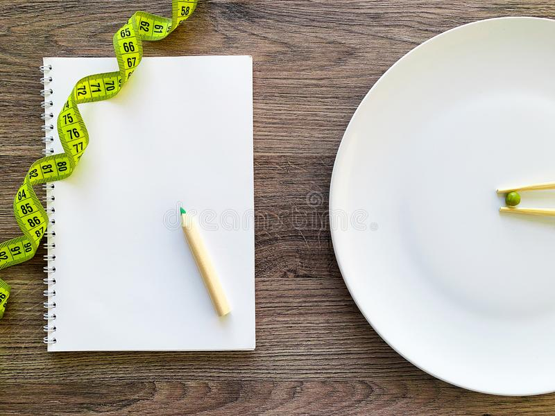 Pisello potato di immagine sul piatto bianco, con la forcella e la misurazione immagini stock libere da diritti