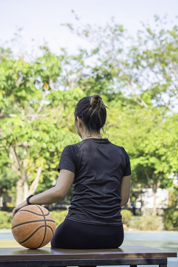 Piska basket i hand av en kvinna som bär ett träd för klockabakgrundssuddighet i smällen Yai, parkerar, Nonthaburi, Thailand Maj  royaltyfria bilder