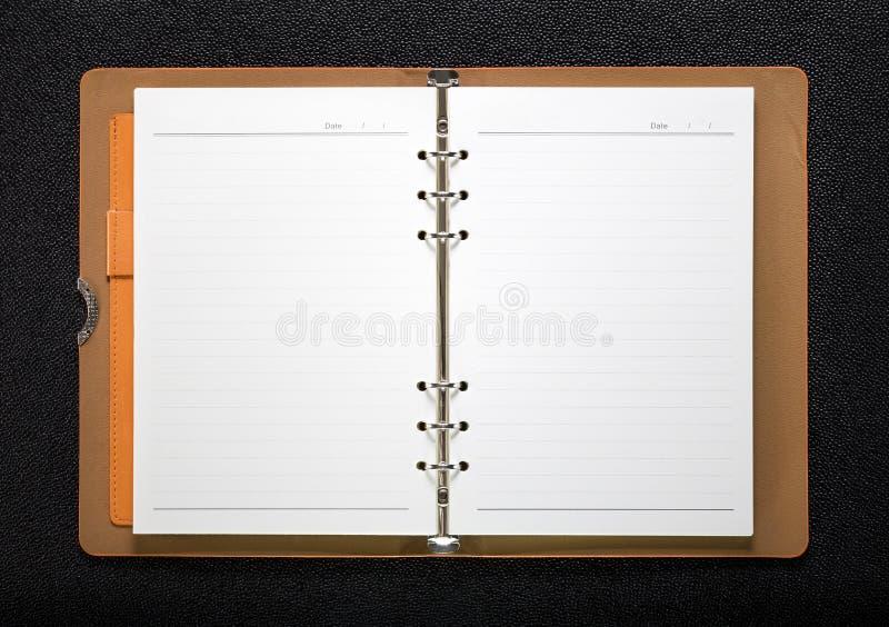 Piska boken på mörk bakgrund Främre sikt av hardcoverboken royaltyfri foto