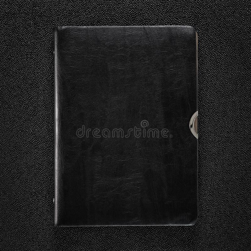 Piska boken på mörk bakgrund Främre sikt av hardcoverboken arkivbild