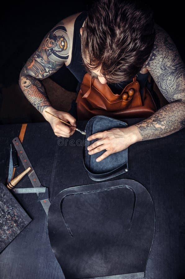 Piska handväskahantverkaren på arbete i ett seminarium arkivfoton
