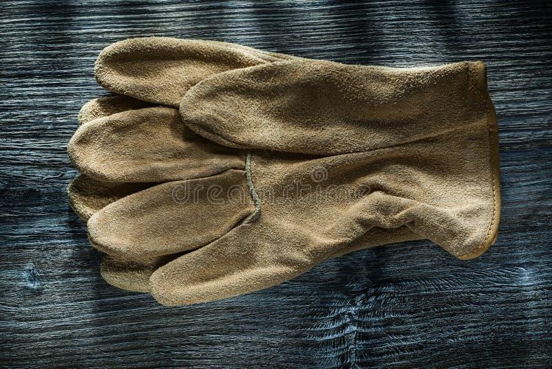 Piska skyddande handskar på bästa sikt för träbräde arkivfoton