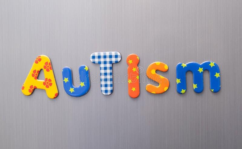 Pismo autystyczne napisane jasnymi, kolorowymi, patterenowymi literami na tle szczotkowanego metalu obrazy stock