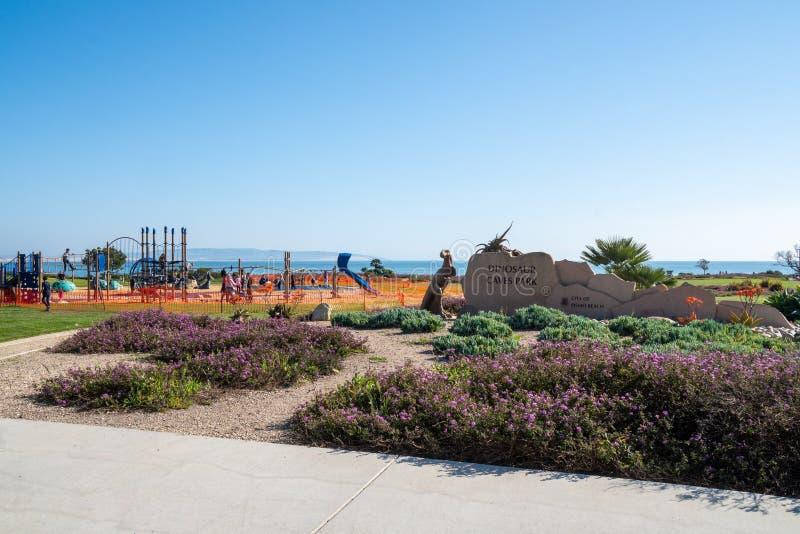 Pismo strand, Kalifornien - tecknet för dinosauriegrottor parkerar, parkerar ett kust- med sceniska sikter och lekplatsutrustning royaltyfri fotografi