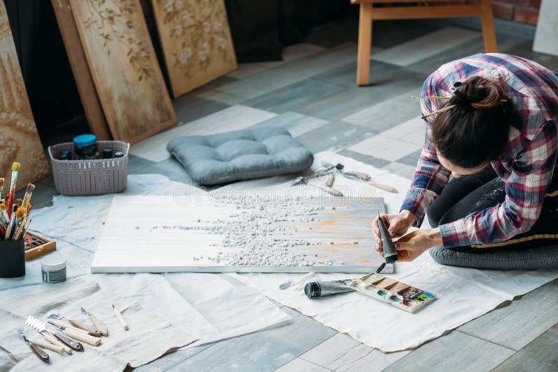 Piso creativo de la mujer del hábito de la forma de vida del trabajo del artista imagenes de archivo
