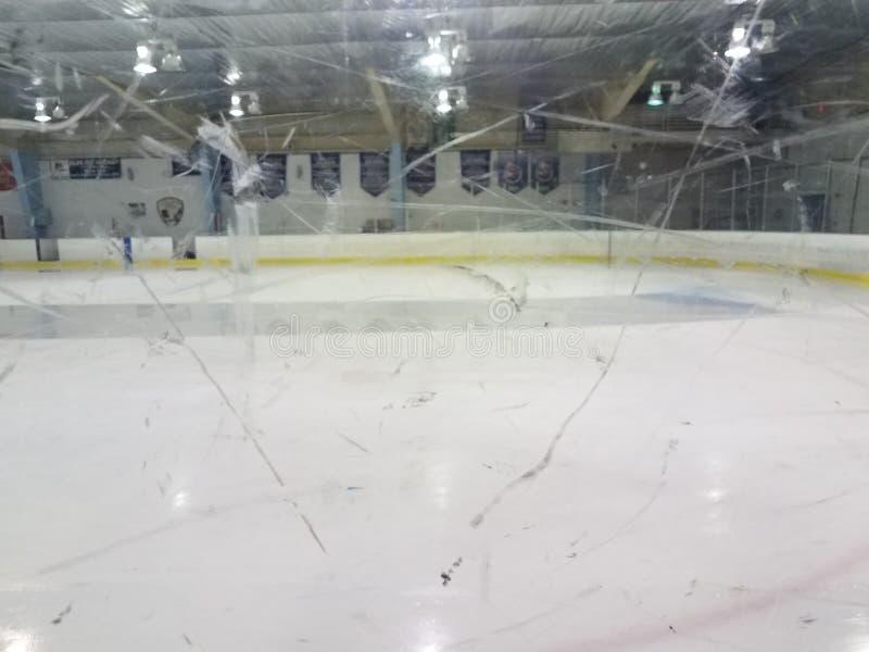 Piso de la pista de hielo que limpia a través de ventana plástica sucia foto de archivo libre de regalías