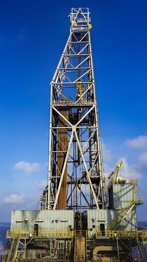 Piso de la plataforma de perforación con la torre de perforación, el estante del pipa y la casa de perro fotografía de archivo