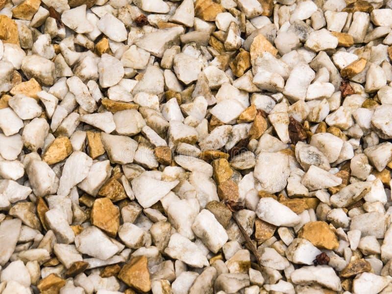 Piso de los guijarros blancos, y marrón claro mojados fotos de archivo