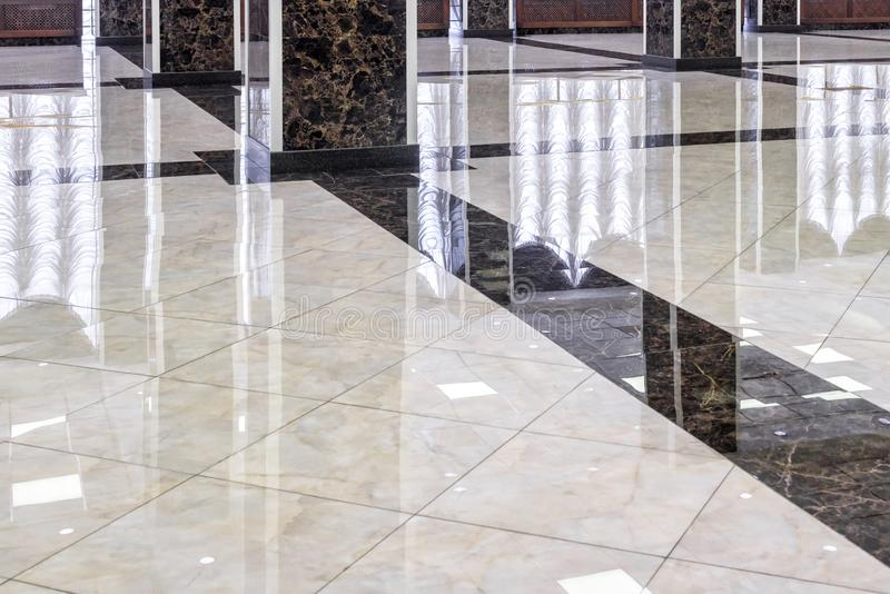 Piso de mármol en el pasillo de lujo de la oficina o del hotel imagen de archivo libre de regalías
