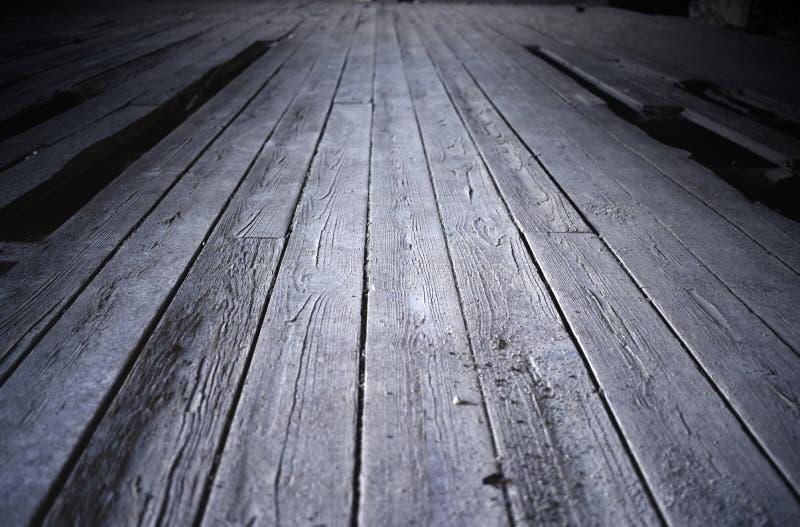 Piso de madera agrietado y roto imagenes de archivo