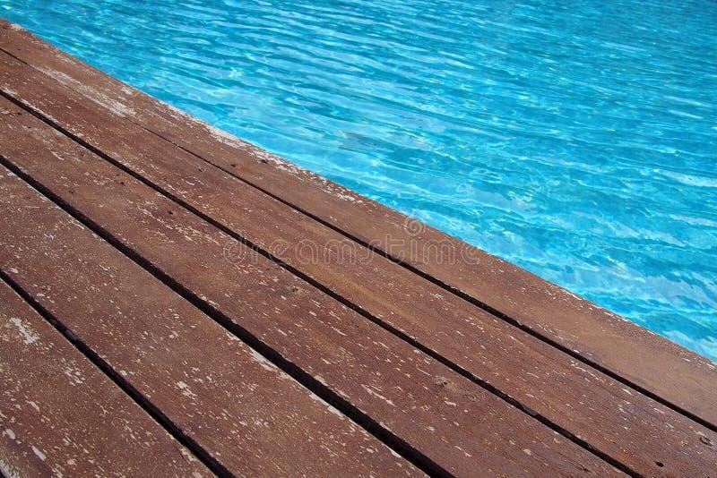 Piso de madera al lado de la piscina fotografía de archivo libre de regalías