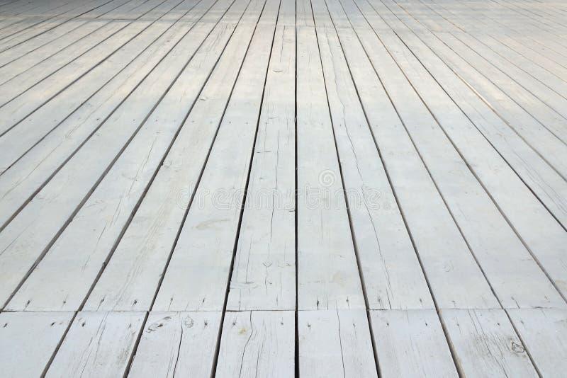 Piso de madera blanco al aire libre del patio o del mirador en la opinión de perspectiva imagen de archivo libre de regalías