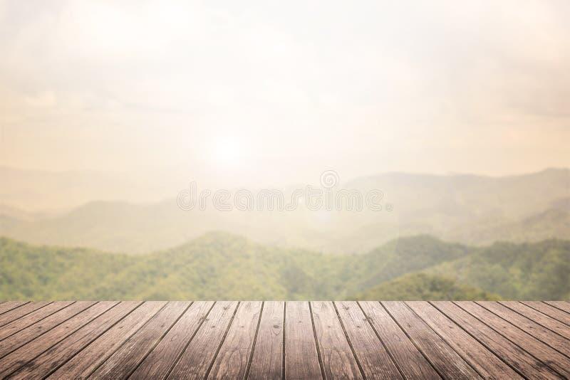 Piso de madera con el fondo borroso paisaje de la montaña foto de archivo