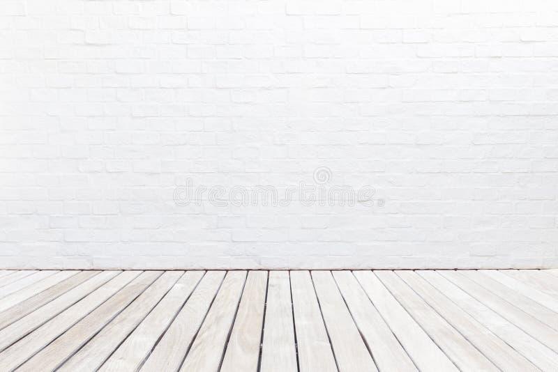 Piso de madera exterior del decking y pared de ladrillo blanca Diciembre abstracto imagenes de archivo