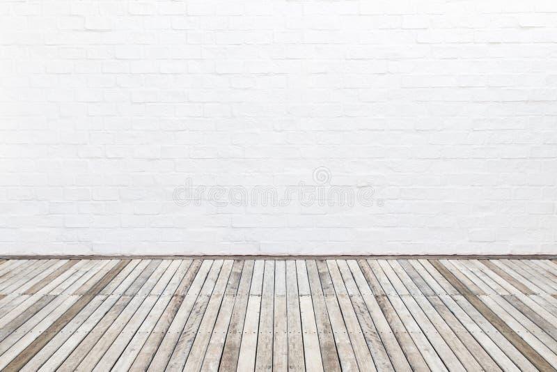 Piso de madera exterior del decking y pared de ladrillo blanca Diciembre abstracto imagen de archivo
