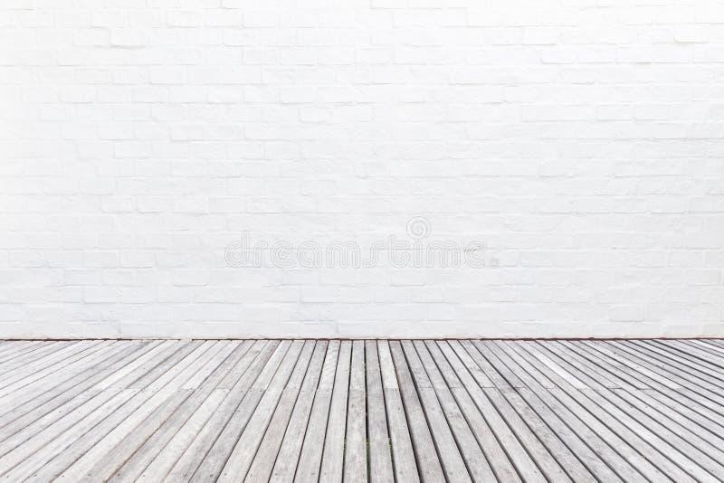 Piso de madera exterior del decking y pared de ladrillo blanca Diciembre abstracto imagen de archivo libre de regalías