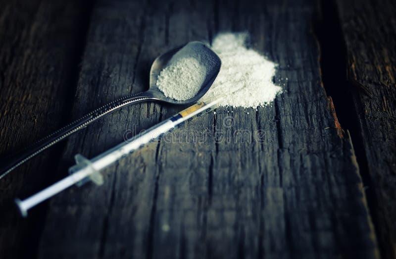 Piso de madera sucio con el cocain de la cuchara de la jeringuilla de la droga fotos de archivo libres de regalías