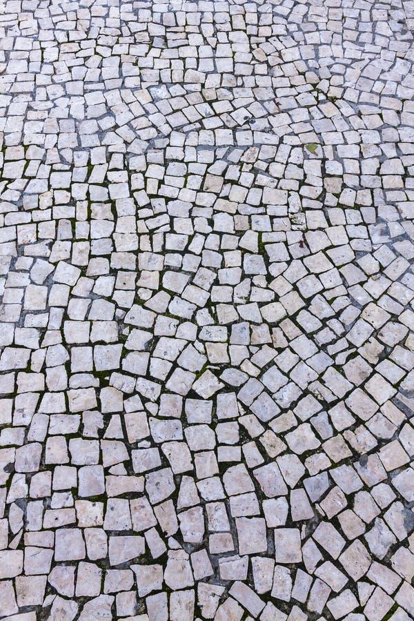 Piso de mosaico típico en las calles de Lisboa, Portugal fotos de archivo